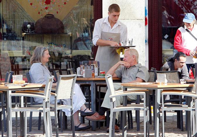 Un camarero atiende una mesa en la Plaza Mayor de Madrid.
