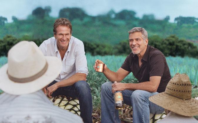 George Clooney, con una botella del tequila Casamigos en una imagen...