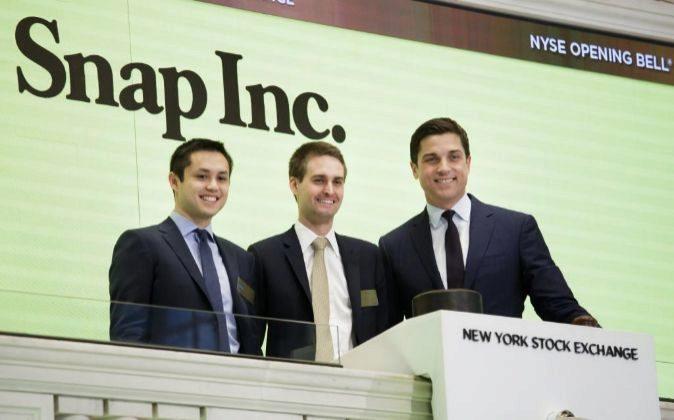 Los cofundadores de Snapchat, Bobby Murphy (i) y Evan Spiegel (c),...