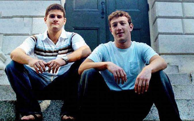 Marc Zuckerberg, fundador de Facebook, junto a Dustin Moskovitz, a la...