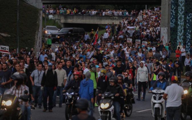 La oposición venezolana realiza una marcha nocturna para protestar...