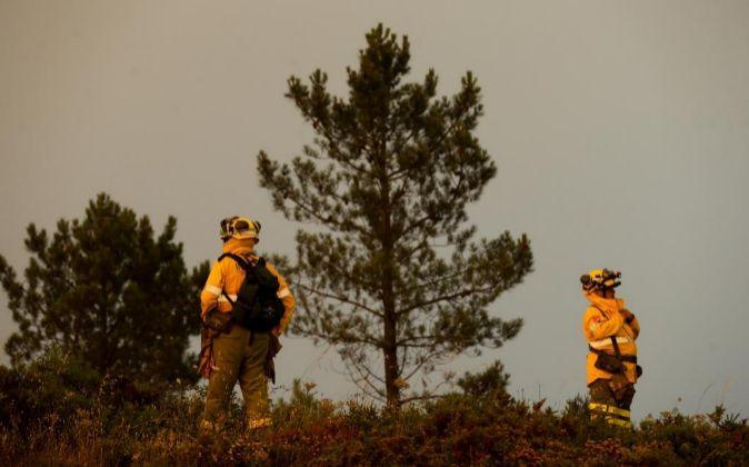 n bombero español enciende un fuego de manera controlada mientras...