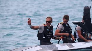 El patrón del Oracle Team USA, Jame Spithill, saludando tras la...