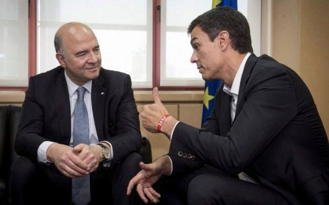 El secretario general del PSOE, Pedro Sánchez, y el comisario europeo...