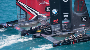 Las embarcaciones Emirates Team New Zealand y Oracle Team USA, durante...