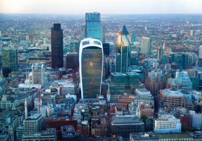 Vista aérea de los rascacielos de Londres, sedes de múltiples...
