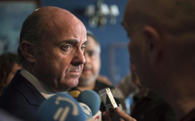 El ministro de Economía, Luis de Guindos, realiza declaraciones a los...