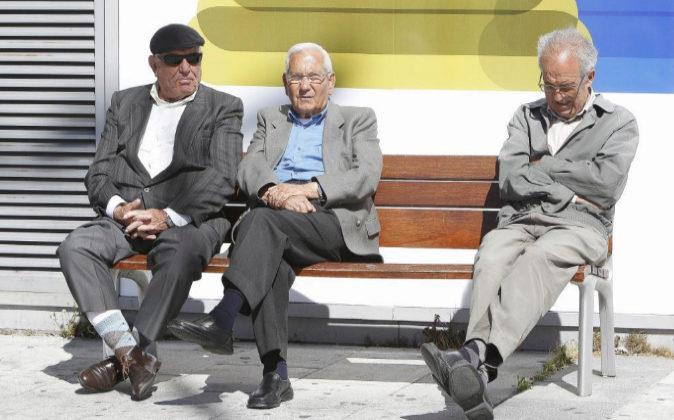 Unos jubilados en una calle de Madrid.