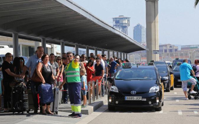 Turistas esperando un taxi en la terminal de cruceros de Barcelona en...