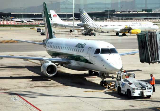 Un avión de Alitalia en el aeropuerto de El Prat.