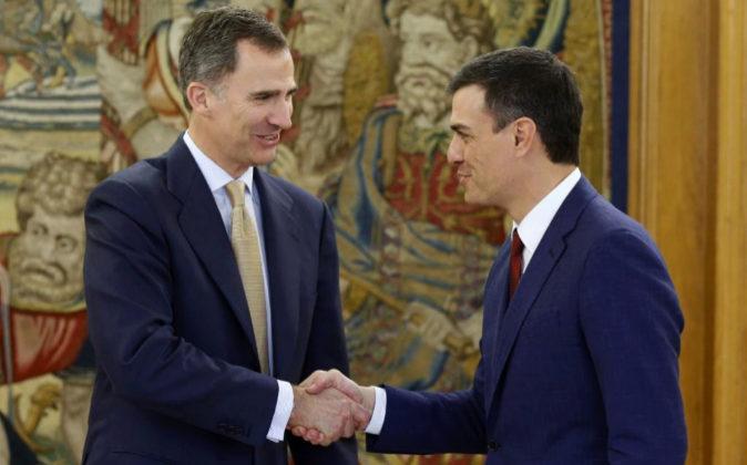 Imagen de archivo. El rey Felipe VI saluda al secretario general del...
