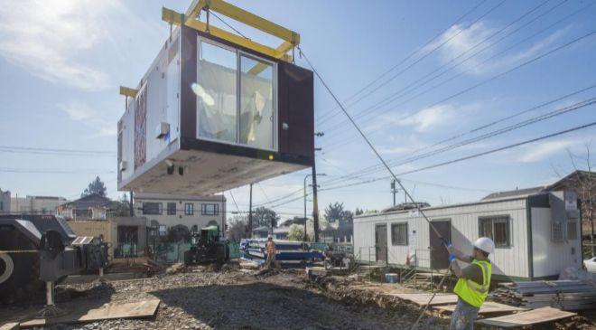 La construcción modular permite crear casas en fábricas y luego...