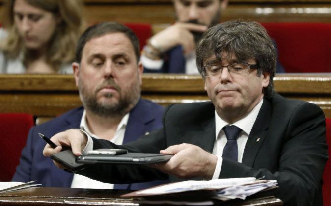 El presidente de la Generalitat, Carles Puigdemont (d) y el...