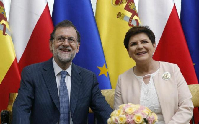 El presidente del Gobierno español, Mariano Rajoy, con la primera...