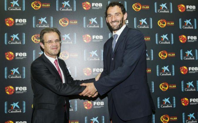 El presidente de CaixaBank, Jordi Gual, y el de la Federación...