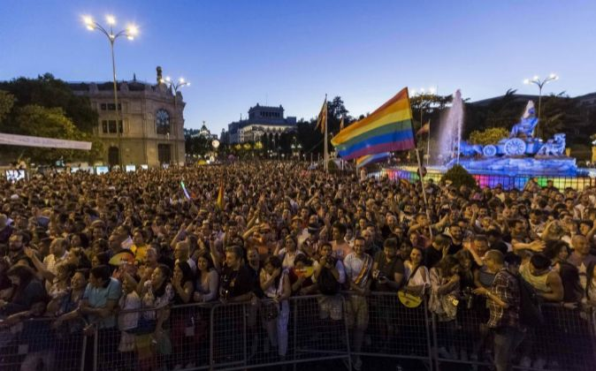 Miles de personas asisten al desfile de carrozas del Orgullo Gay 2017.