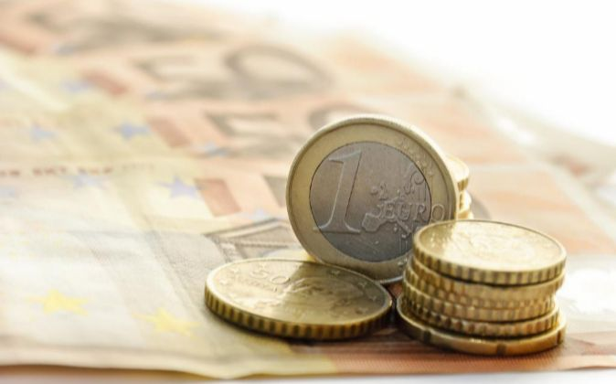 Imagen de monedas y billetes de euro