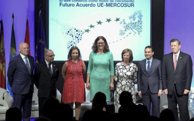 La comisaria europea de Comercio, Cecilia Malmstrom, en el centro,...