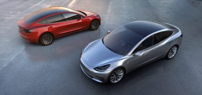 Dos unidades del Tesla Model 3, el vehículo eléctrico más...