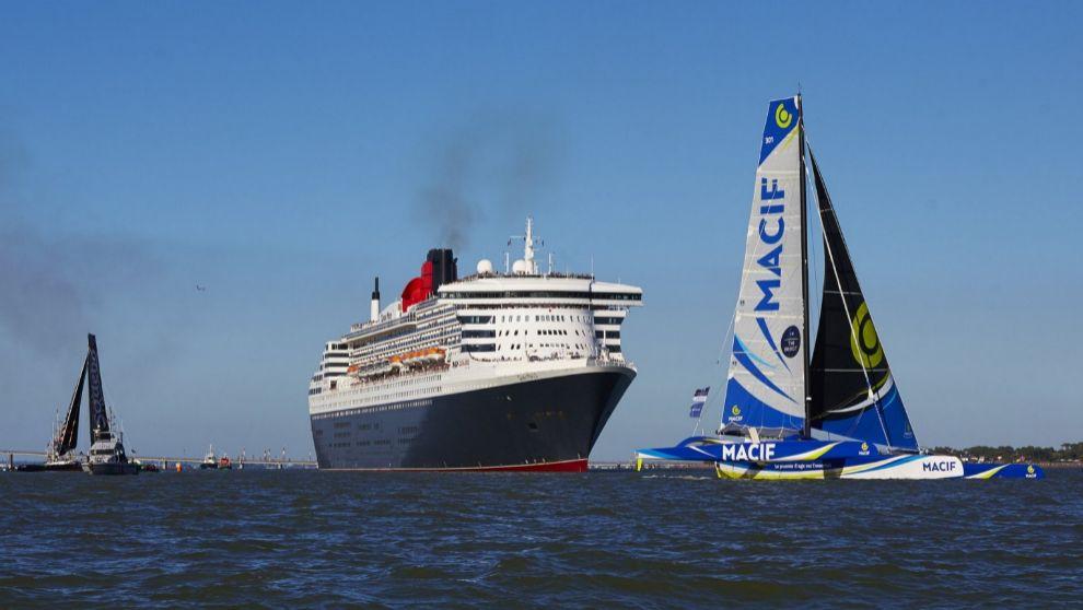 El trimarán Macif navega por delante del 'Queen Mary 2' y...