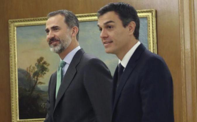 El Rey junto a Pedro Sánchez en la audiencia que han mantenido hoy en...