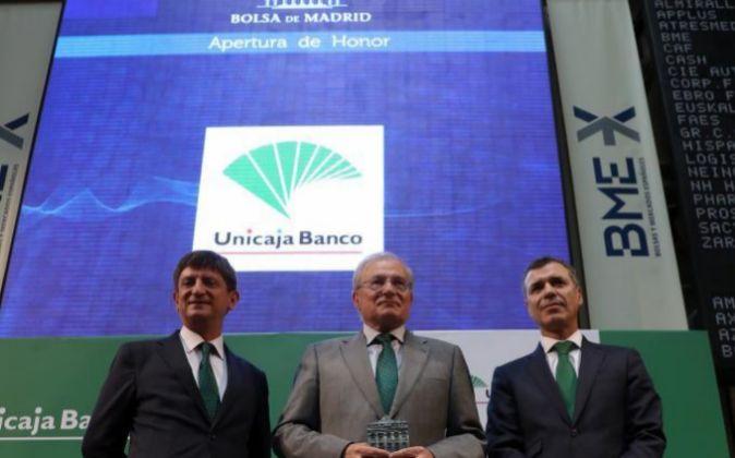 El presidente de Unicaja Banco, Manuel Azuaga (c), junto al CEO de la...