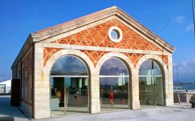 La fachada acristalada de la Caseta de las Bombas en la Bahía de...