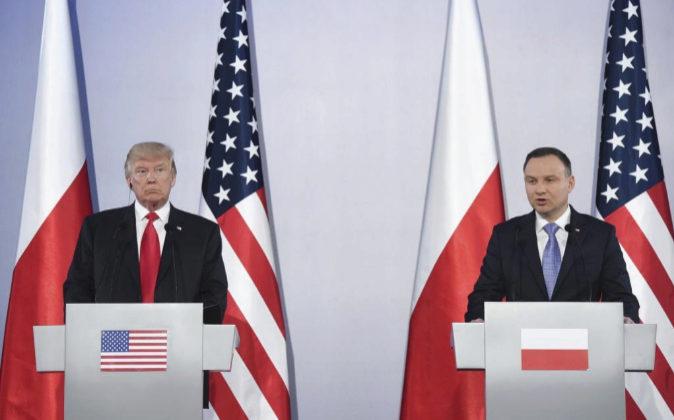 El presidente polaco, Andrzej Duda (d), y el presidente de Estados...