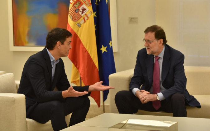 El presidente del Gobierno, Mariano Rajoy, y el secretario general del...