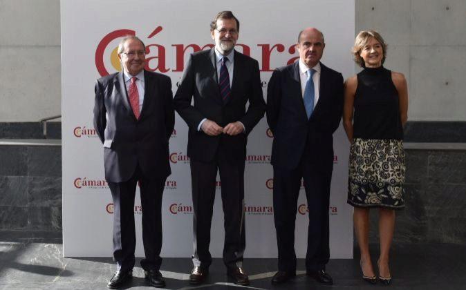 El presidente del Gobierno, Mariano Rajoy (segundo desde la...