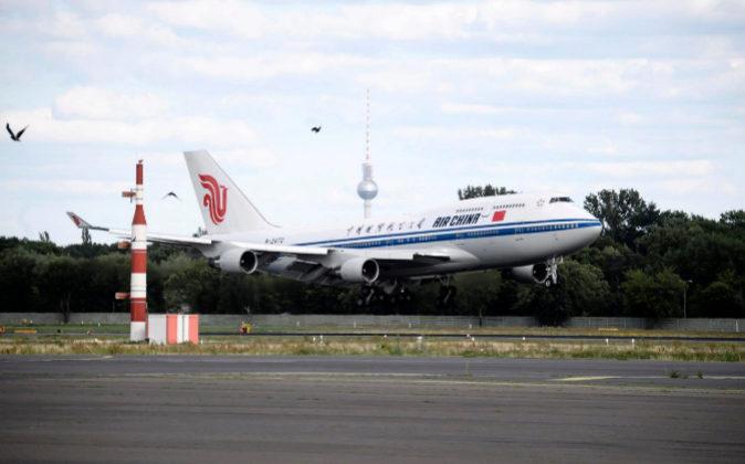 Avión aterrizando en el aeropuerto de Berlín.