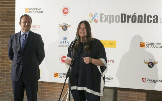 La directora ejecutiva de Expodrónica, Isabel Buatas (d), y el...