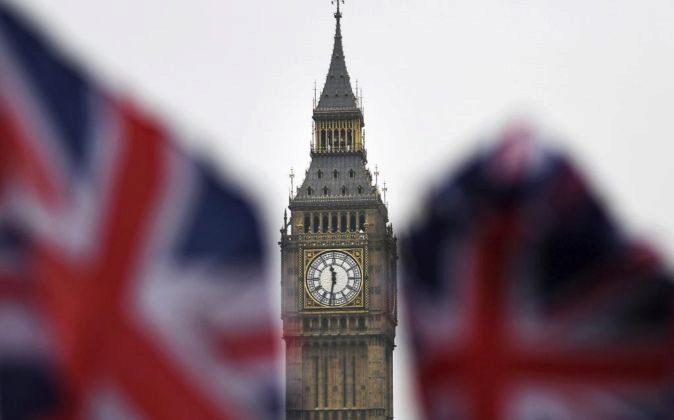 Banderas británicas ondean junto al Big Ben.