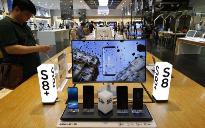 Un hombre visita una galería de productos Samsung en la sede de...
