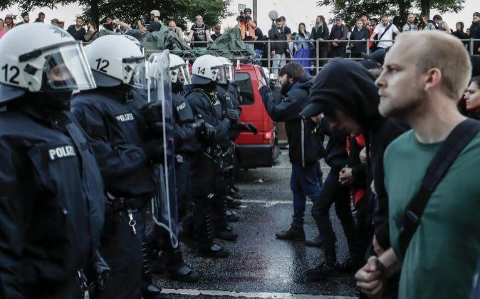 Manifestantes cara a cara con la policía durante la manifestación...