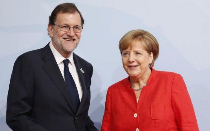 La canciller alemana, Angela Merkel (dcha), da la bienvenida al...