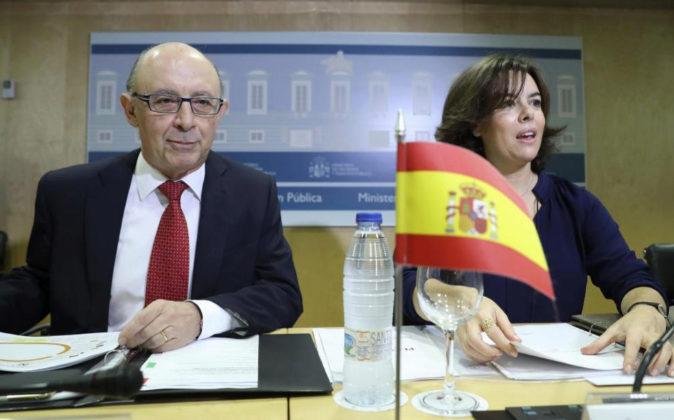 El ministro de Hacienda, Cristóbal Montoro, y la vicepresidenta del...