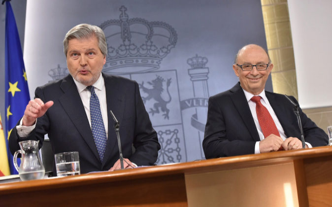 El portavoz del Gobierno, Ínigo Méndez de Vigo, junto al ministro de...
