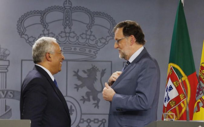 El presidente del Gobierno, Mariano Rajoy (d), conversa con el primer...