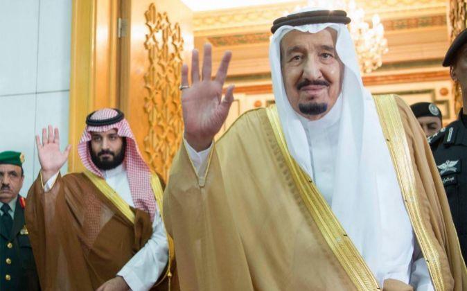 El rey saudí Salman bin Abdulaziz al-Saud (d).