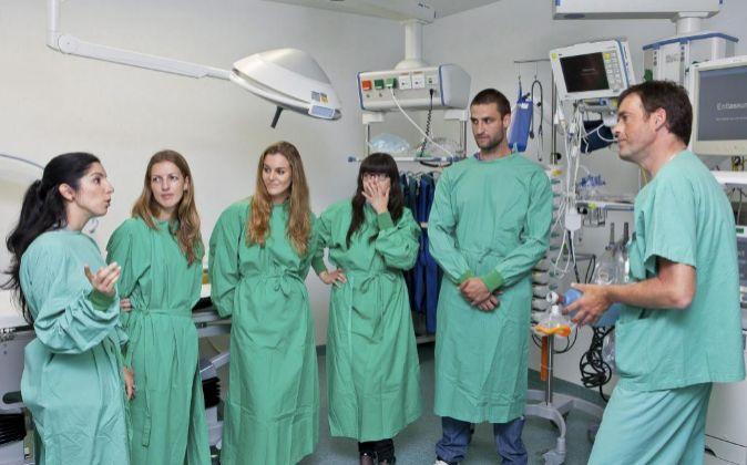 Cinco enfermeras españolas conversan con un médico residente del...