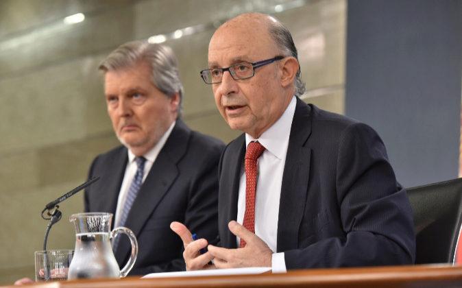 Los ministros Méndez de Vigo y Montoro el viernes pasado tras el...