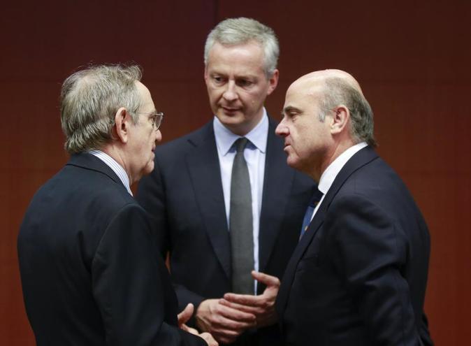 El ministro de Finanzas italiano Pier Carlo Padoan (i), el ministro...