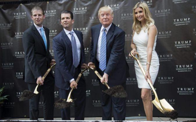 Donald Trum (2d), y sus hijos Eric (izda), Donald (2i) e Ivanka.