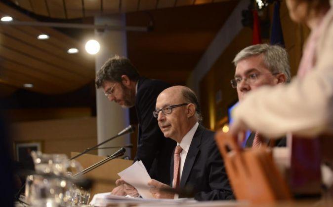 El ministro de Hacienda, Cristóbal Montoro, junto a los secretarios...