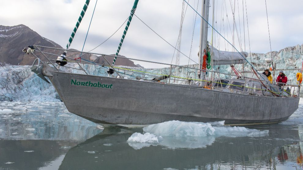 El velero 'Northabout', navegando entre hielos.