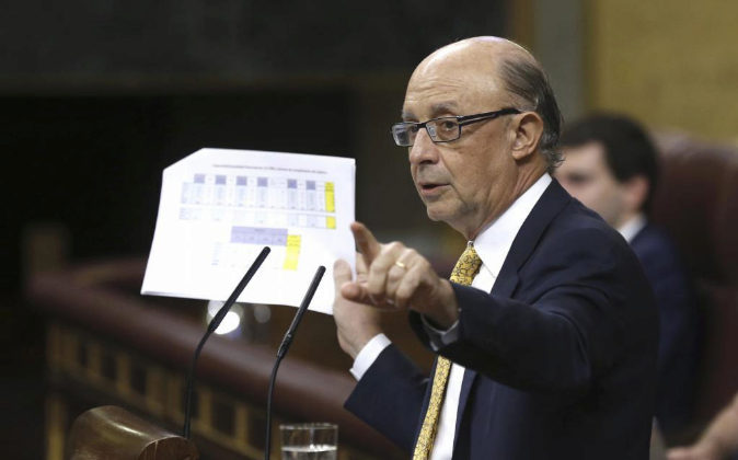 El ministro de Hacienda, Cristóbal Montoro, interviene en el pleno...