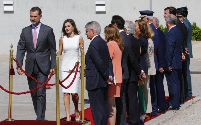 Los reyes Felipe y Letizia son despedidos con honores en el aeropuerto...
