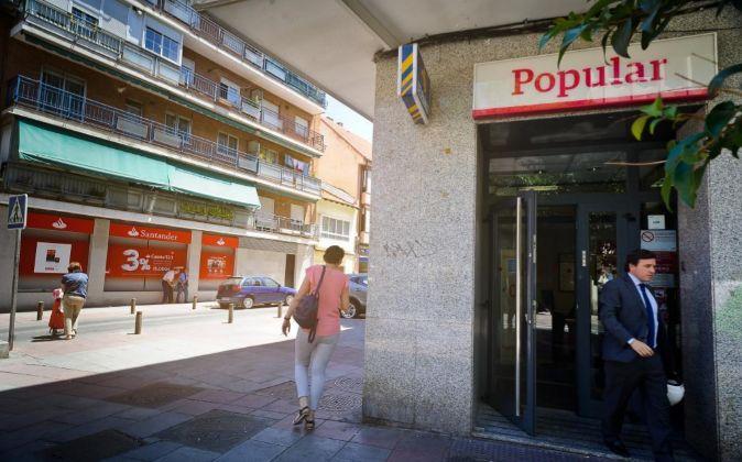 Sucursal de Banco Popular junto a otra de Banco Santander.