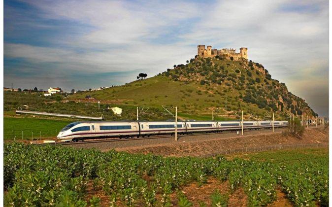 Un tren AVE de la línea Sevilla-Madrid, a su paso por la localidad...